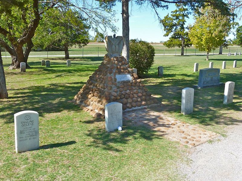 File:Fort Sill Apache Cemetery - 10.jpg